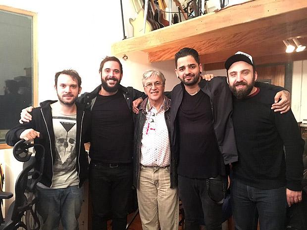 A banda em estúdio (Mário Camelo, Tiago Guerra, Lucas Silveira e Gustavo mantovani) com Caetano Veloso ao centro