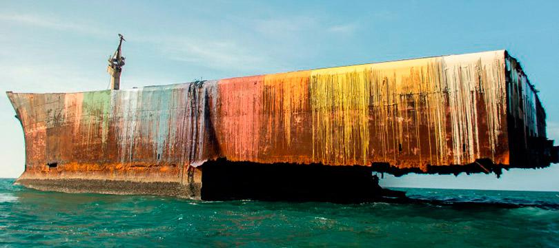 Em Fortaleza, navio encalhado fica colorido depois de intervenção artística