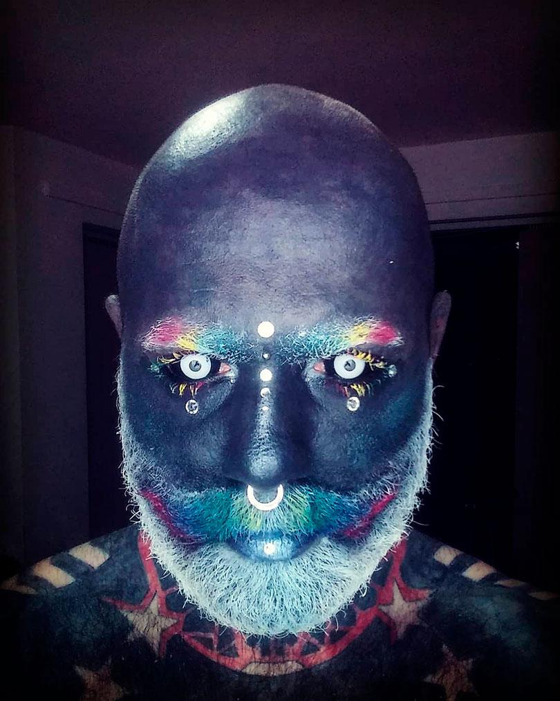 Homem se transforma em um verdadeiro White Walker com tatuagens