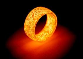 Anel que brilha remete ao Senhor dos Anéis