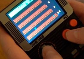 Atari portátil roda cartuchos originais do console clássico