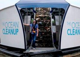 Jovem de 25 anos cria barcaça solar para limpar rios