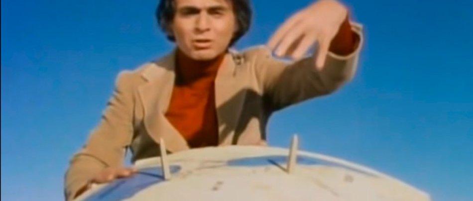 Carl Sagan elimina a teoria que a Terra é plana usando um papelão