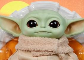O realista boneco do Baby Yoda que anda e segue onde você for