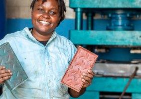 A empresa do Quênia que transforma plástico reciclado em tijolos