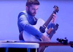 Guitarrista toca Stairway to Heaven em três guitarras, sozinho