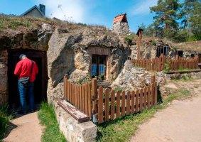 Vila na Alemanha tem casas na caverna estilo toca de Hobbit