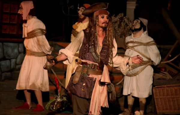 Johnny Depp Dresses Captain Jack Sparrow And Surprises Fans Disneyland - Nerd Reactor