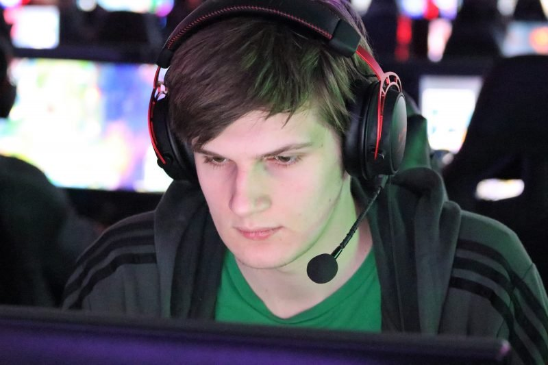 """Blaine Patrick, a Grand Canyon """"Apex Legends"""" varsity team captain and game community manager, enters a match of the game with teammates ahead of the teams weekend scrim against other colleges. (Photo by Reno Del Toro/Cronkite News)"""