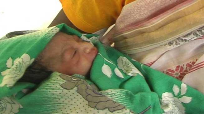अस्पताल के बरामदे में एक प्रसूती ने जन्मा बच्चा