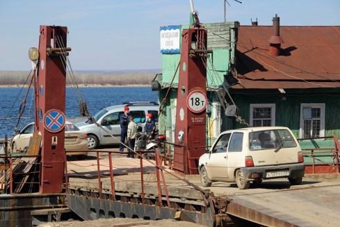 Закрывается работа грузовой переправы по Волге