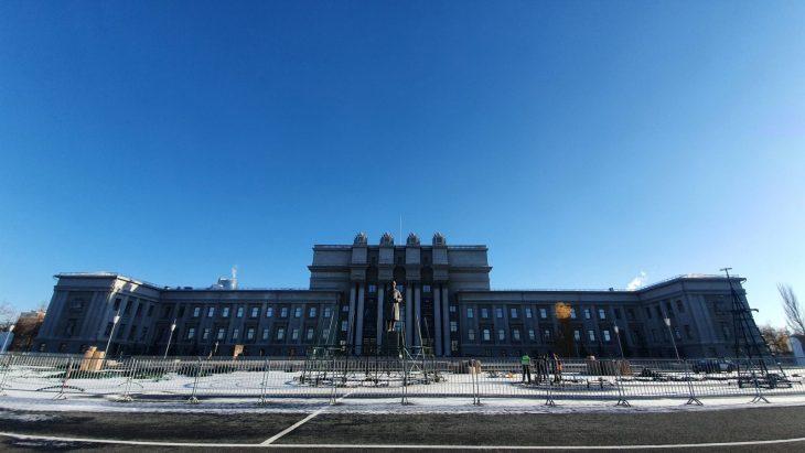 В Самаре на площади Куйбышева началась установка новогодней инсталляции