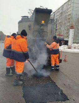 В Самаре продолжается аварийно-ямочный ремонт дорог
