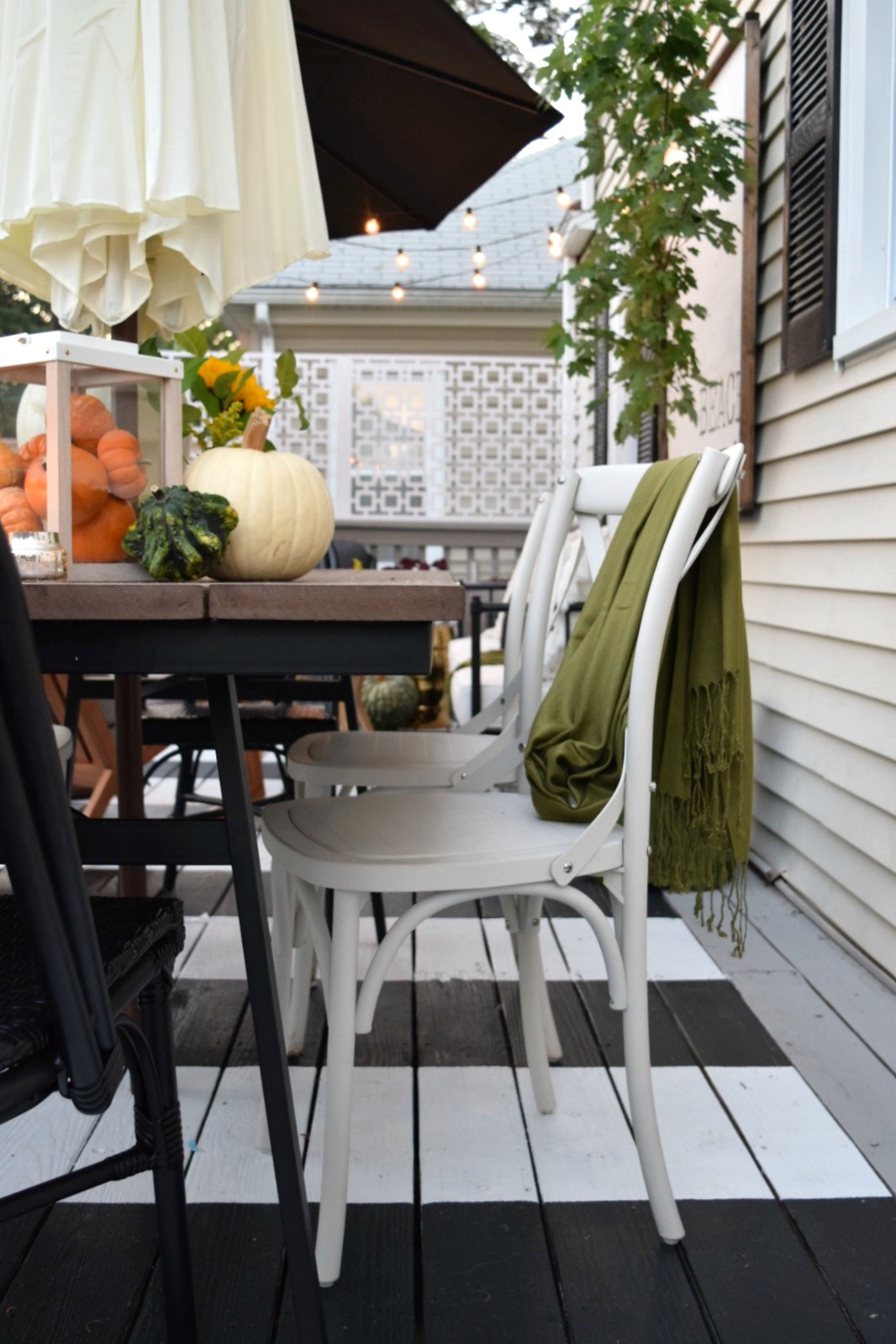 Simple Fall Table Setting Idea for Outdoor Entertaining