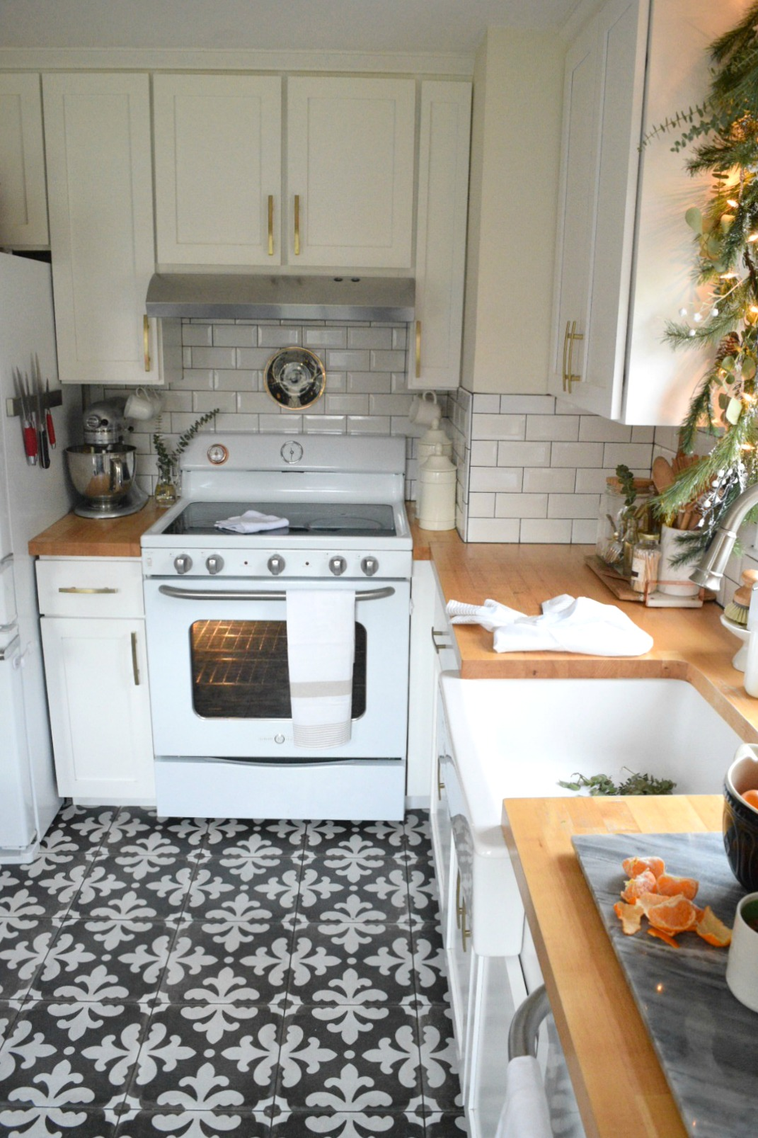 amazing kitchen christmas garland | Christmas in our Small Kitchen- Started with Christmas ...