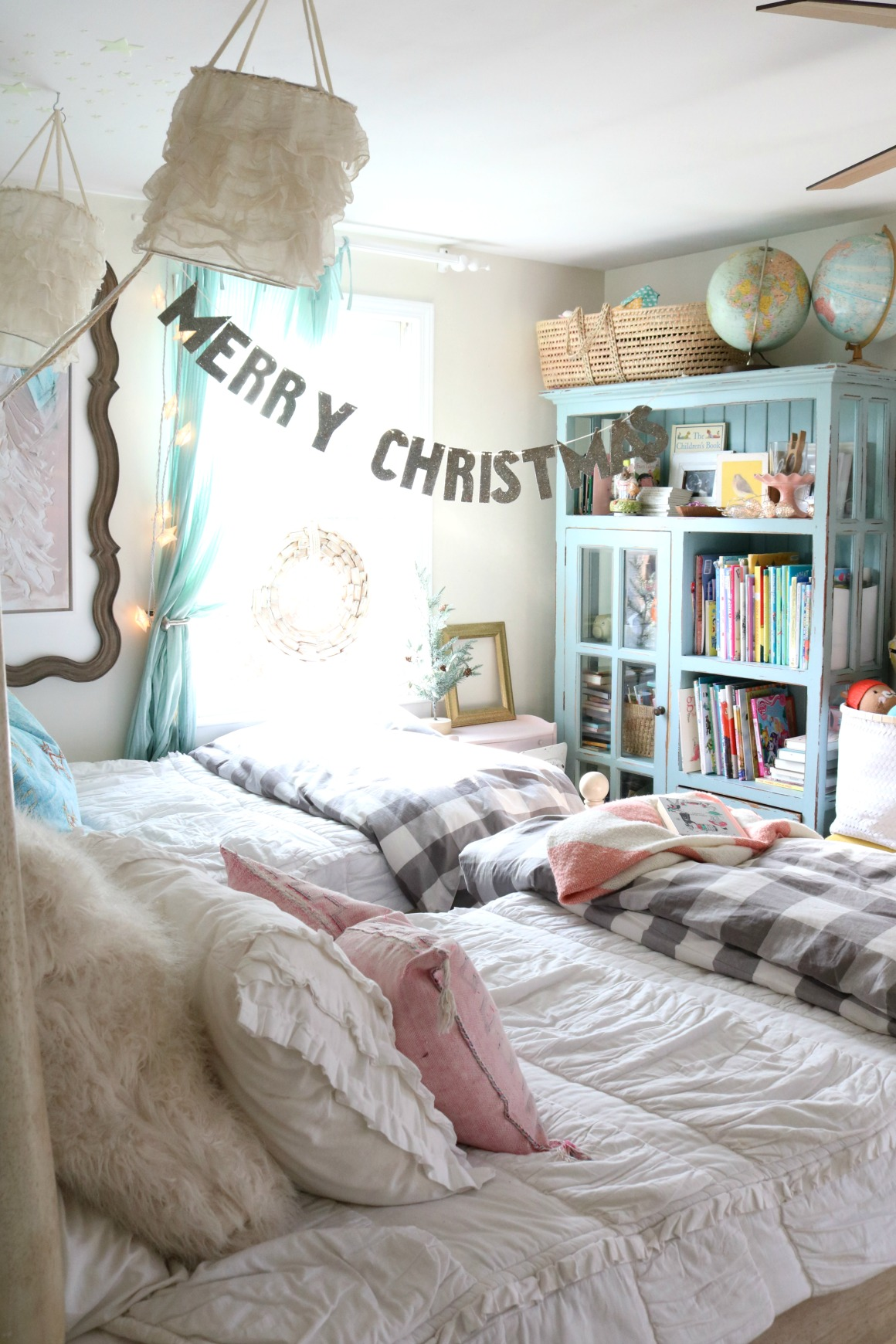 Christmas Decor In A Small Cape Girls Shared Bedroom 0367