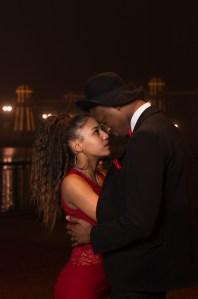 Photo couple amoureux complice en extérieur