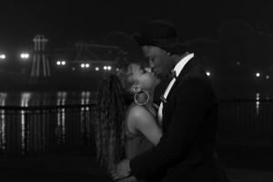 Photo couple amoureux en noir et blanc en extérieur