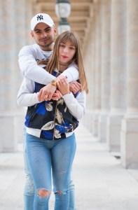 Portrait couple en extérieur à paris