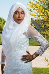Belle photo portrait de la mariée voilée en extérieur