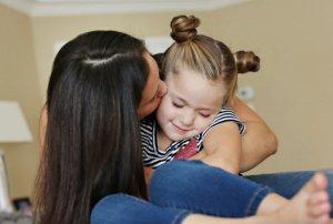 mama-devojcica-dete-zena-poljubac-foto-profimedia-1431886124-662325