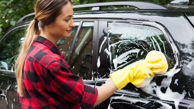 手洗い洗車する人画像