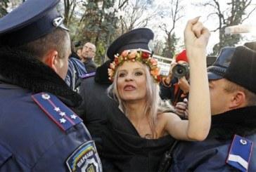 Une Femen, seins nus, a été interpellée devant le Bataclan