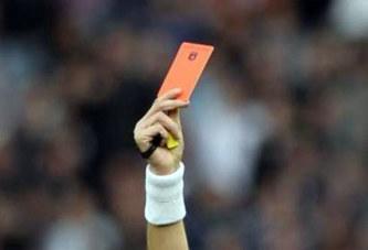 Il reçoit un carton rouge et tue l'arbitre