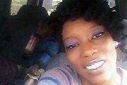 Un enfant de 2 ans trouve un pistolet sous le siège de la voiture et tue sa maman