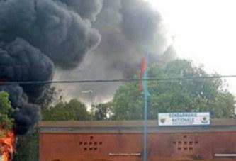 Burkina Faso : Les domiciles du commandant de brigade de Dédougou et de son adjoint incendiés après la mort d'un détenu