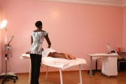 La masseuse se déshabille, entièrement, ôte son soutien-gorge, puis, avec son string…