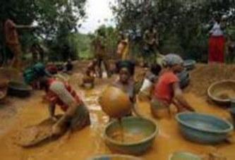 Burkina: une enfance à casser des cailloux dans les mines de granit (MAGAZINE)