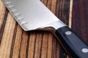 Elle décapite son frère avec un couteau :