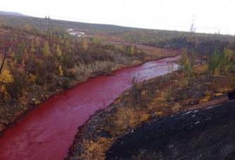 Russie: Une rivière se colore de rouge vif