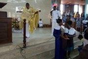 Vidéo : la danse d'un prêtre en pleine messe enflamme la toile