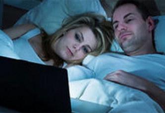 Les films p*rn* ont-ils leur place dans une s*xualité de couple ?