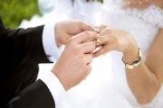 Un homme tire une balle dans l'anus de sa femme juste après leur mariage