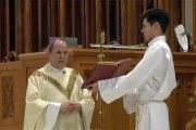 Un homme frappe un évêque en pleine messe (vidéo)
