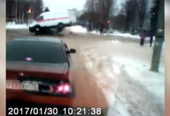 Une ambulance perd son patient lors d'un accident (vidéo)