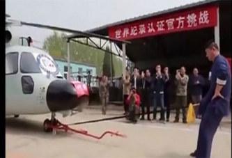 Il bat un record mondial en remorquant un hélicoptère avec son p3nis: VIDÉO