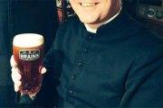 Des prêtres refoulés d'un bar pour une étonnante raison