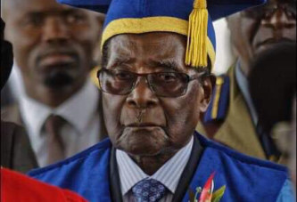 Zimbabwe: Robert Mugabe déterminé à s'accrocher au pouvoir, apparaît en public
