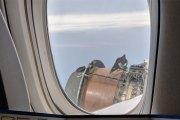 Un avion perd une pièce de son moteur en plein vol