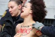 Une ex-actrice du Cosby Show se jette seins nus sur Bill Cosby pendant son procès