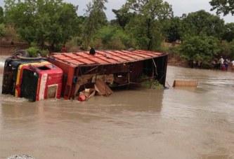 Dégâts de la pluie e la Nuit derrière: La route nationale coupée en deux