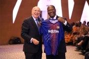 Alassane Ouattara reçoit un cadeau de la part de Lionel Messi