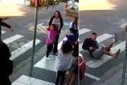 Vidéo: Une maman abat un homme qui visait des enfants avec son arme