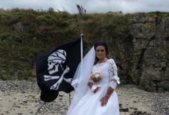 Mariée au fantôme d'un pirate, elle annonce leur divorce