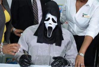Le gagnant de la loterie vient signer son chèque caché sous un masque de Scream