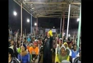 Des femmes vont à l'église avec des bâtons pour fouetter les «maris spirituels»